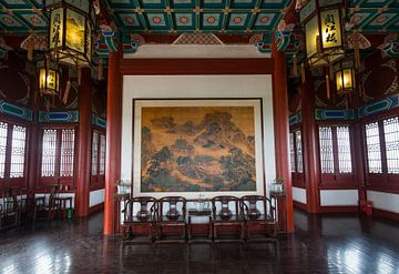 Interieur altes chinesisches Gebäude mit klassischer Malerei von Ger Beekes