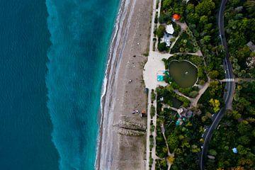 Parc avec un étang et la route. parc vert sur le front de mer avec une eau turquoise et la plage. vu sur Michael Semenov