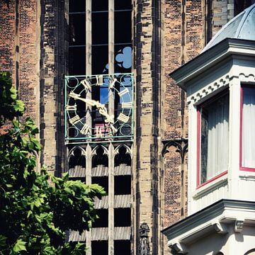De wijzerplaten van de  Domtoren van Utrecht voor de renovatie van de Dom. van