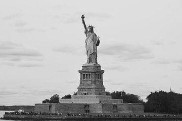 Het Vrijheidsbeeld - New York City, Amerika (zwart wit) van Be More Outdoor