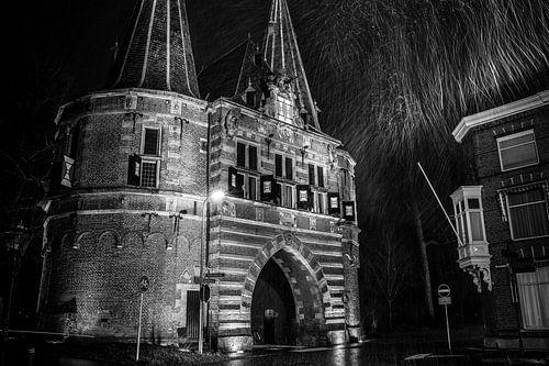 Oude poort in de stad Kampen tijdens en sneeuwbui