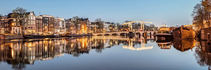 Grachtenhuizen aan de Amstel rivier in Amsterdam van Frans Lemmens