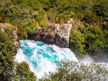 Een kolkende waterval in de Waikato rivier in Nieuw-Zeeland van Rik Pijnenburg