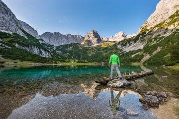 Wanderer am malerische Seebensee von Denis Feiner