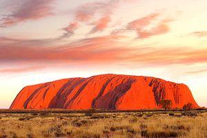 Uluru (Ayers Rock) in vuur en vlam, Australië van Inge Hogenbijl