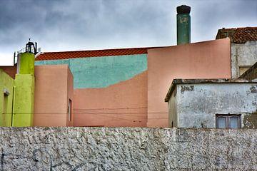 Kleurrijke gebouwen grijs omgeving van Jan Brons