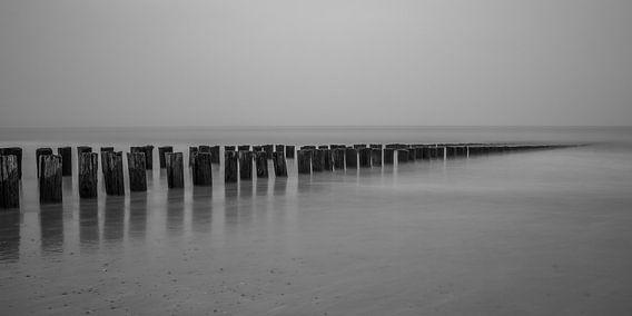 Strand Domburg met golfbrekers in zwart-wit - 2