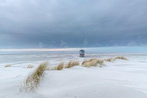 Terschellinger Drenkenlingenhuisje aan de Noordzee met duinen en zand van Dave Zuuring