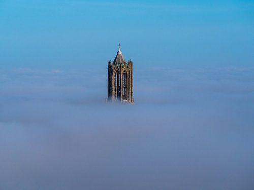 De Dom in Utrecht boven de mist von Mart Gombert