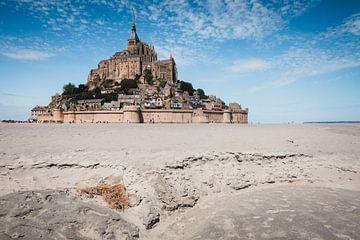 Mont Saint-Michel bei Tag mit Sand im Vordergrund von Paul van Putten