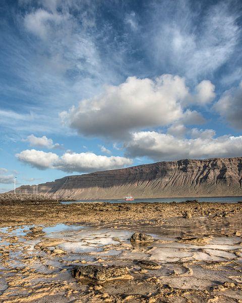 """Zicht op de """"Risco de Famara"""" gezien vanaf het kleine eilandje La Graciosa.  van Harrie Muis"""
