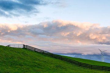 Polderlandschap met hek en windturbines van Haarms