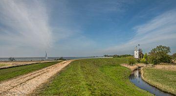 Der Leuchtturm von Workum vom Deich aus gesehen von Harrie Muis