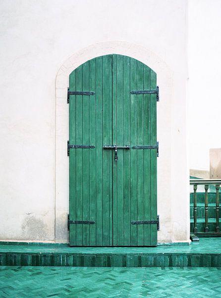 Le Jardin Secret   Turkooise houten deur in Marrakech   Kleurrijke reisfoto reislust van Raisa Zwart