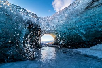 Zonsopkomst in een ijsgrot in IJsland van Henry Oude Egberink