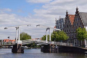 Stadsgezicht op Haarlem met een houten ophaalbrug en typisch nederlandse grachtenhuizen van Robin Verhoef