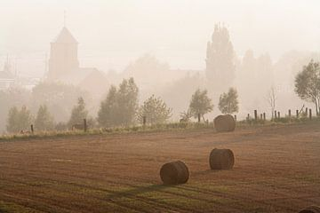 Mistig landelijk landschap met hooibalen van Peter de Kievith Fotografie