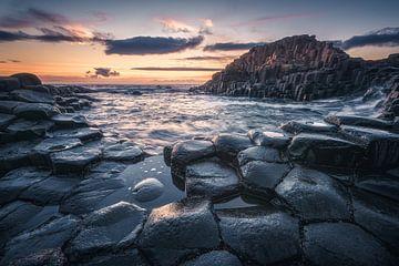 Basaltfelsen am Giant's Causeway in Irland am Abend von Jean Claude Castor