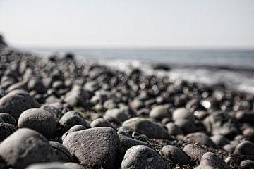 Stenen op het strand van Frank Herrmann