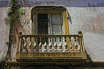 Oud vervallen balkon van