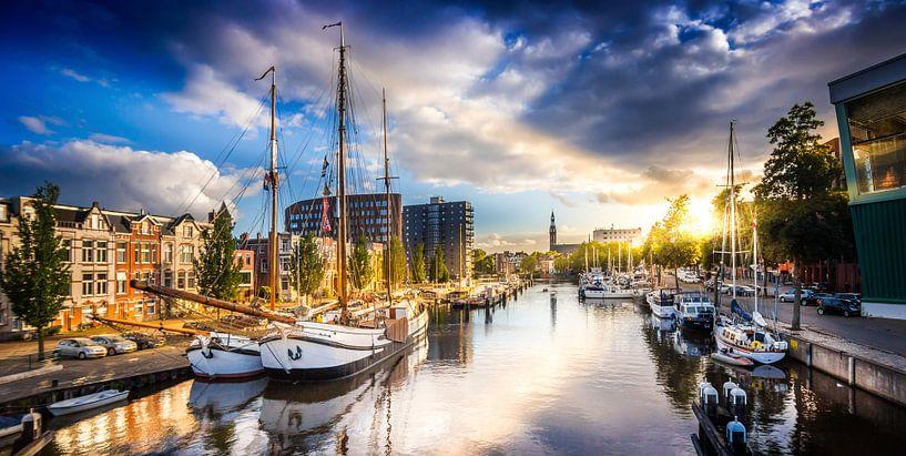 Zonsondergang in de Oosterhaven Groningen van Jacco van der Zwan