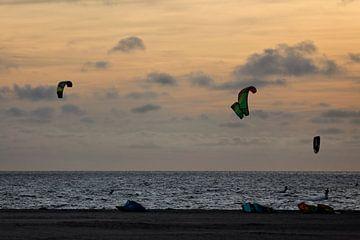 Kitesurfers bij zonsondergang von Miranda van Hulst