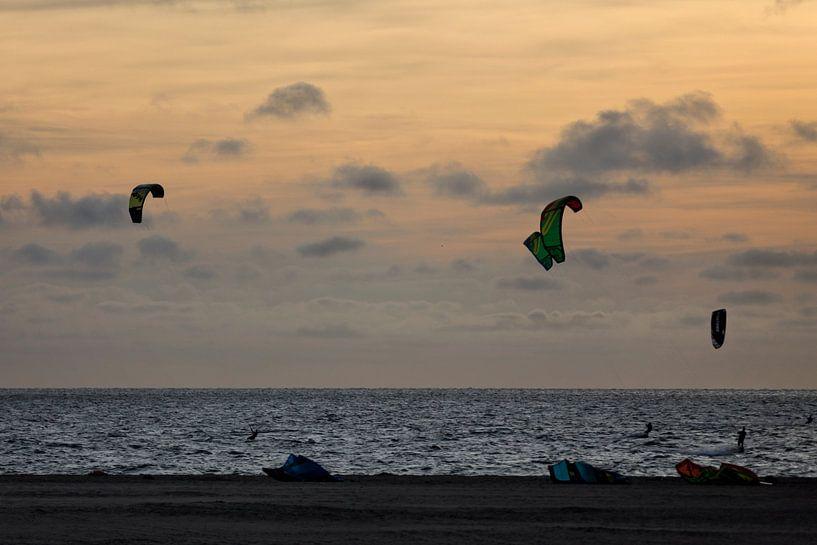 Kitesurfers bij zonsondergang van Miranda van Hulst