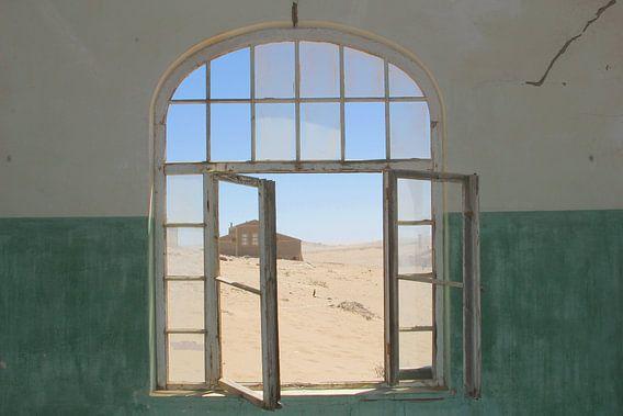 Doorkijkje uit verlaten ziekenhuis in woestijn, Namibië