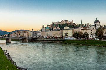 Zicht op Salzburg vanop de oever langs Salzach van Koen Henderickx