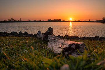 Zonsondergang bij de Rijn. van Rick van de Kraats