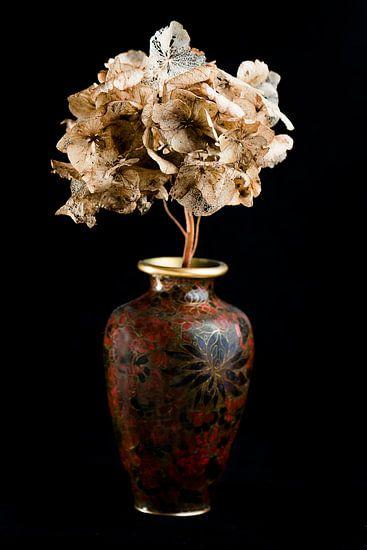 Getrocknete Blumen in einer braunen Vase
