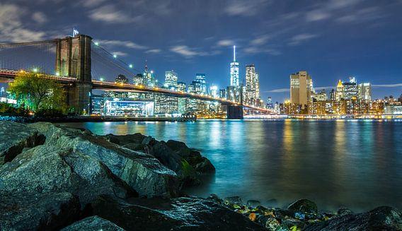 The Brooklyn Bridge + Skyline (Night) van Fabian Bosman