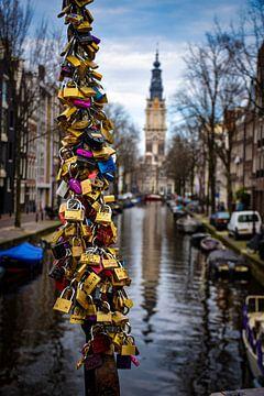 Ewige Liebe und Boot am Amsterdam-Kanal in den Niederlanden von Dorus Marchal