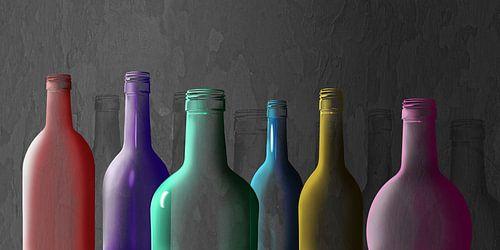 Kleurrijke glazen flessen van Monika Jüngling