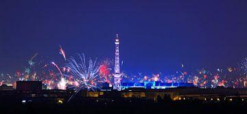 Berliner Skyline mit Feuerwerk von Frank Herrmann