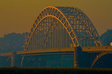 Waalbrug Nijmegen tijdens het ochtendgloren