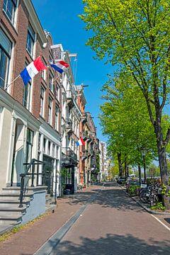Middeleeuwse huizen in Amsterdam op koningsdag van Nisangha Masselink