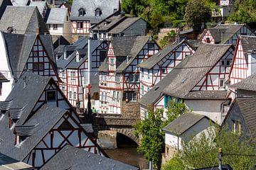 Uitzicht op het pittoreske dorpje Monreal van Reiner Conrad