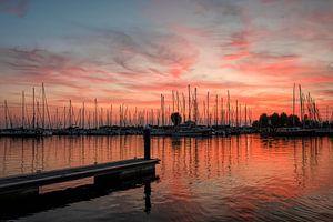 Sonnenuntergang im Jachthafen von Hellevoetsluis von Marjolein van Middelkoop