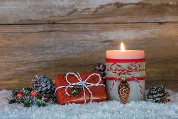 Kerstmis geschenkdoos en kaarslicht compositie op sneeuw van Alex Winter