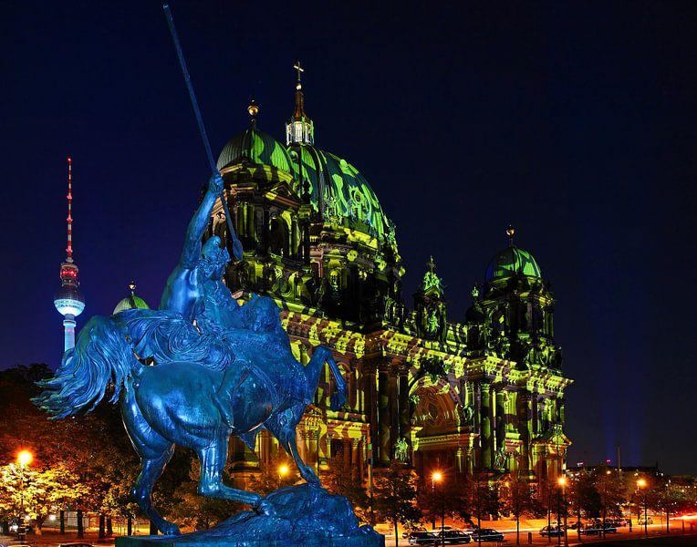 Berlin : cathédrale et tour de télévision avec une figure équestre historique sur Frank Herrmann