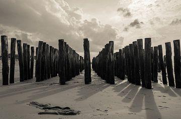 Strandpalen in Frankrijk(Cote Opale) van Marian Sintemaartensdijk