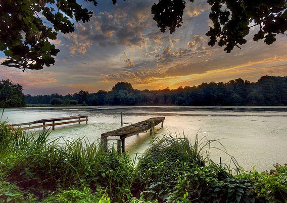 Zonsopkomst meer waterkant   bij de Wittsee Duitsland