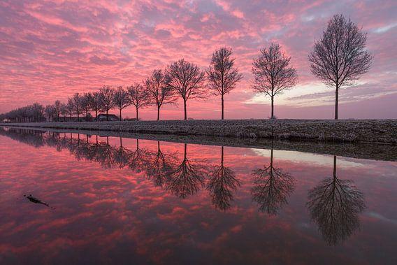 Een perfecte zonsondergang aan het water #1 van Edwin Mooijaart