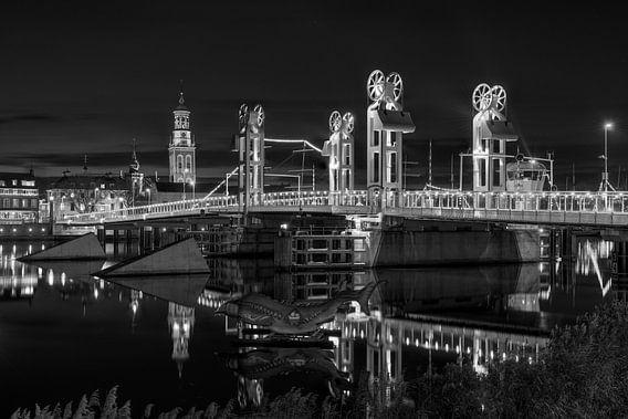 Stadsfront Kampen met Stadsbrug in zwart wit