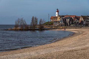 Aanzicht op de stad Urk vanaf het strand van Anges van der Logt
