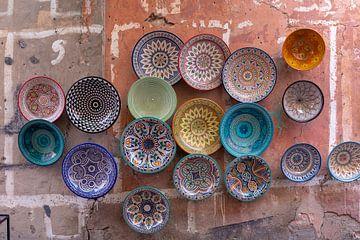 Teller, Taginen und Töpfe aus Ton auf dem Souk in Chefchaouen, Marokko, Afrika. von Tjeerd Kruse