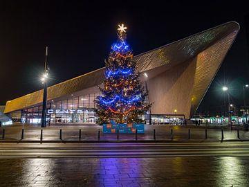 Het Rotterdam centraal Station met kerstboom von victor van bochove