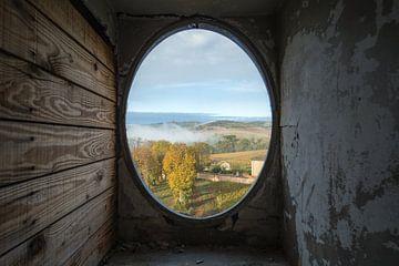 Einblick in eine verlassene Burg mit wunderschöner Aussicht. von Kristof Ven
