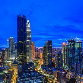 Skyline van Kuala Lumpur in de avond van Tux Photography